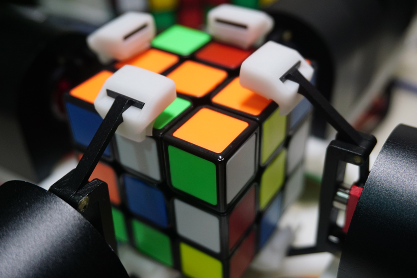quad arm robot solves the rubik's cube in about three seconds