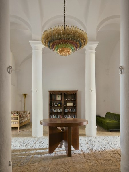 The ground floor of the Fattoria building is a communal space. There are high ceilings and the existing rooms have been connected to make the space more social. The carefully selected furniture is a mix of antique and modernist Italian designs.
