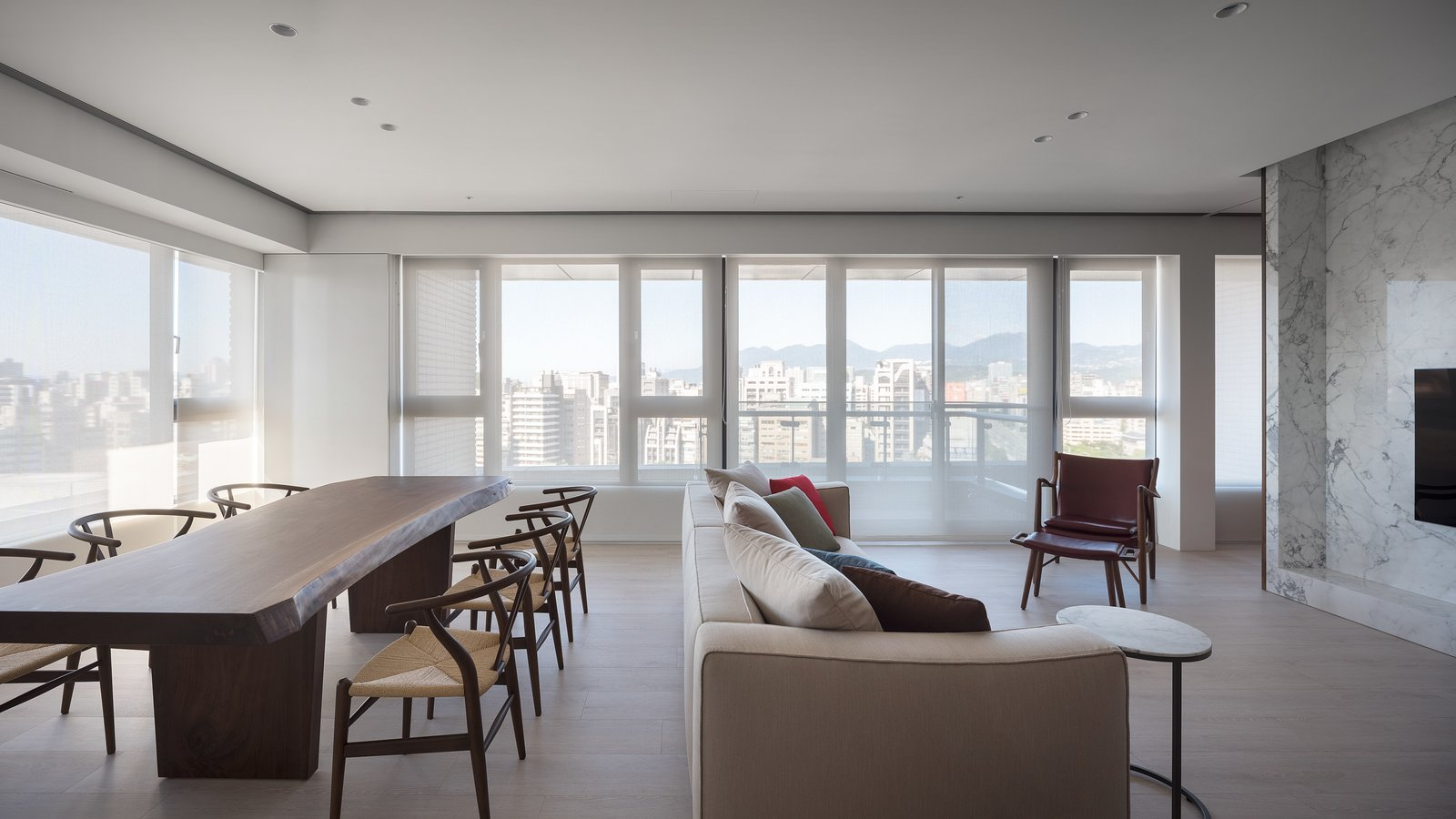Neutral setting let the view of the city come to play.