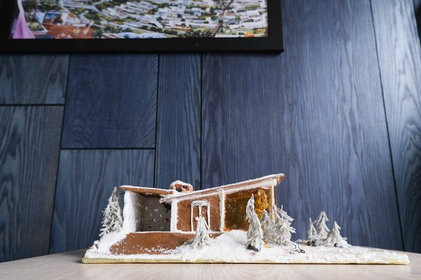 San Francisco–based chef Anthony Strong offers workshops on building a picturesque Tahoe lodge out of candy and gingerbread.