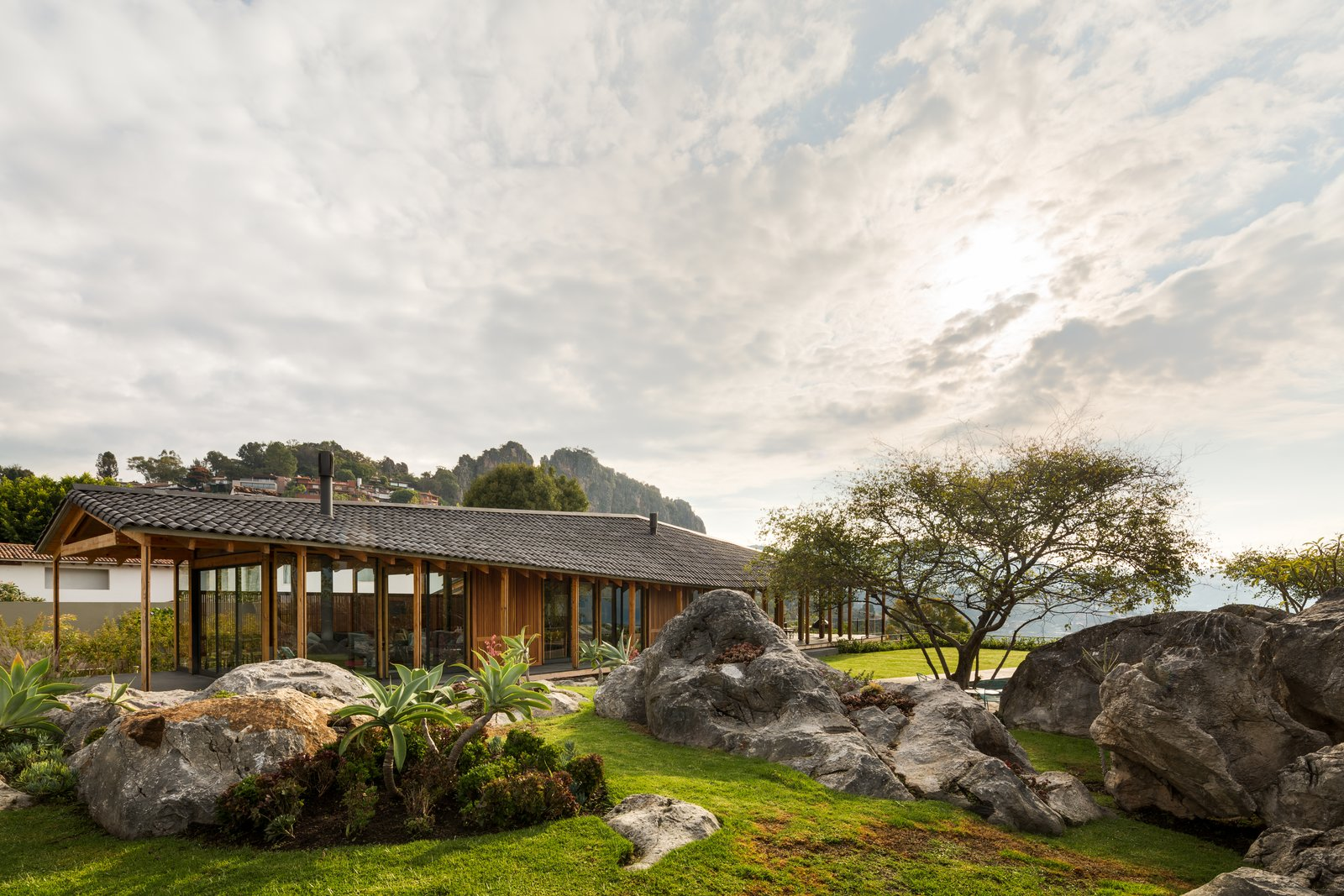 CMV House is perched among the rugged boulders of the scenic Valle de Bravo, where it manages to stand out without overwhelming the site's natural beauty.