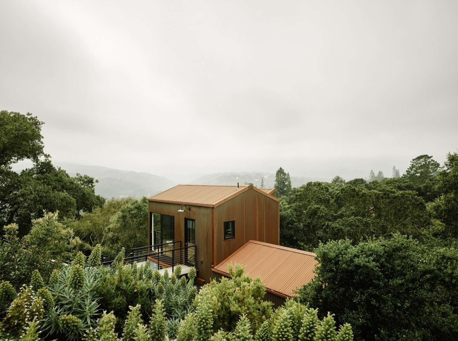Not only was extra living space necessary for the growing family of four, but the existing house also failed to take advantage of the striking views that drew the couple to the site. The homeowners tapped architect Malcolm Davis of San Francisco–based Malcolm Davis Architecture to redesign and expand the dwelling without damaging the many established oak trees.
