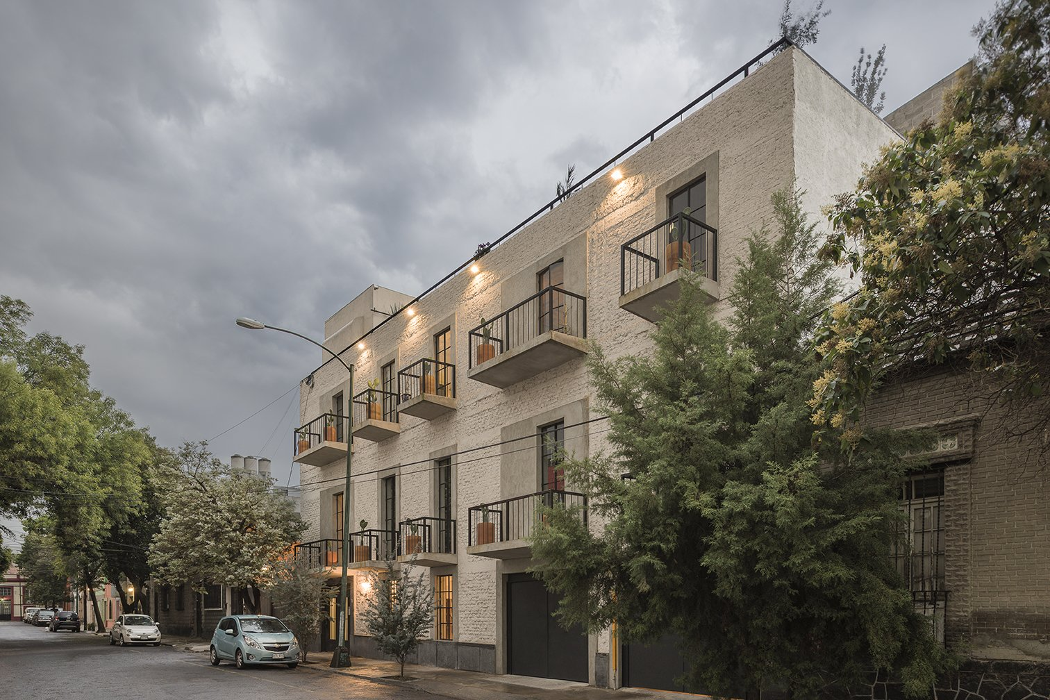 Located in a quiet street, this project takes advantage from an abandoned building of 1920