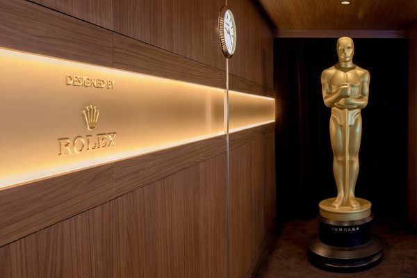 An oversize replica of an Oscar welcomes guests into the 2020 Oscars Greenroom.