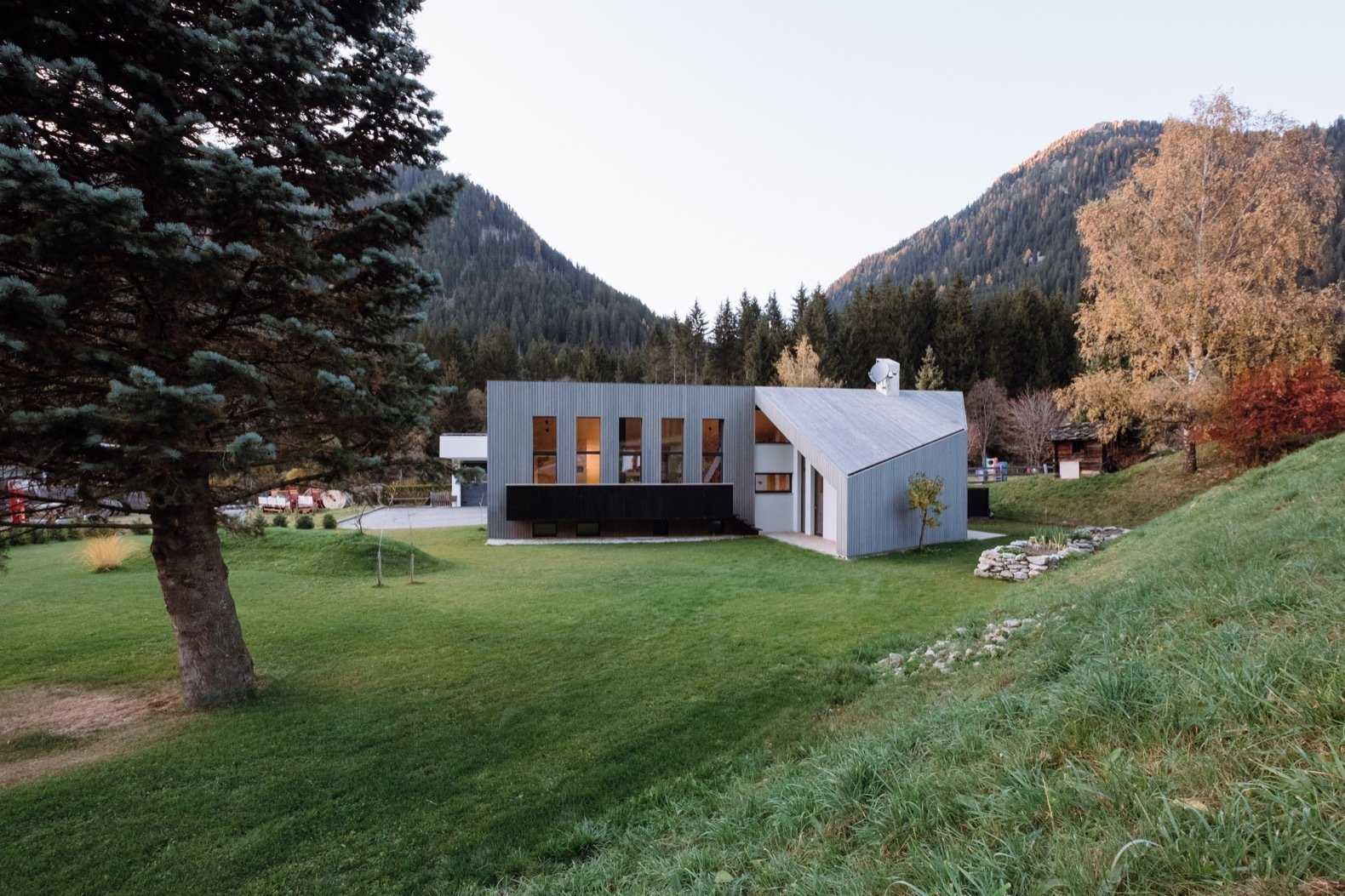Located in the valley and commune of Gsies, House L is surrounded by mountains and dense forests.