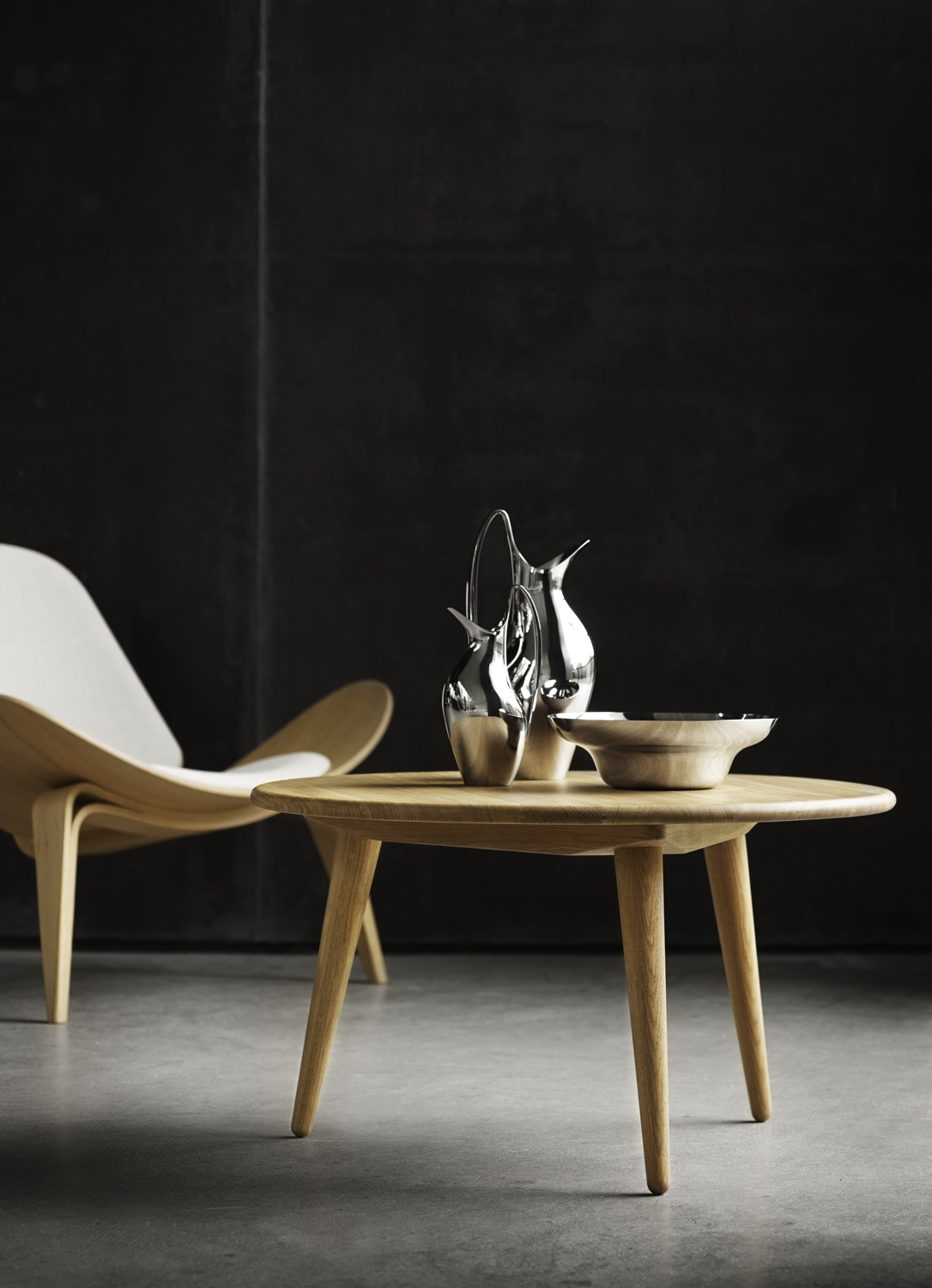 Find a superlative level ofhygge in Hans J. Wegner's CH07 Shell Chair and CH008 coffee table. Image courtesy of Carl Hansen & Søn.