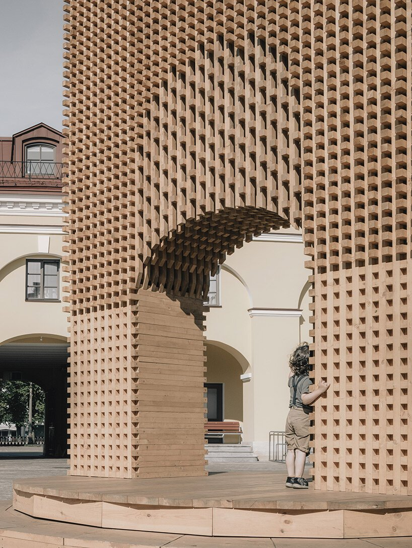 KATARSIS adds rotating triumphal arch to st. petersburg's historic architectural landscape