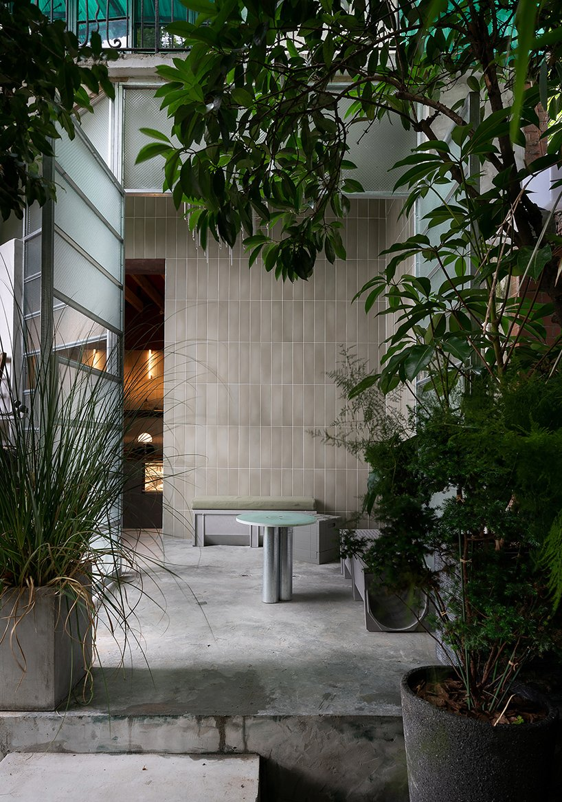 20 sqm office coastline's 'slab town café' with a strong contrast of textures settles in shanghai