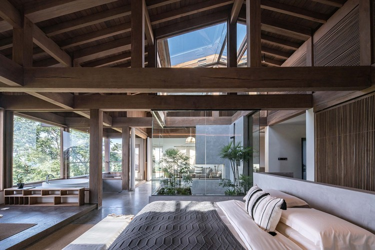 Overlooking the whole space of grand suite through wood structure and interior patio. Image © Yilong Zhao