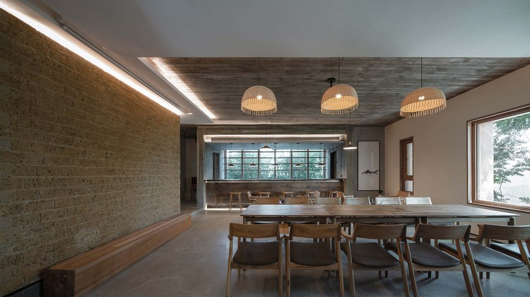 The wet bar and the bamboo copse corresponding to the breakfast room. Image © Yilong Zhao