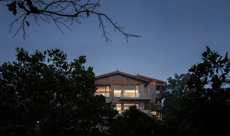 Seeing the residence through woods while entering the village. Image © Yilong Zhao