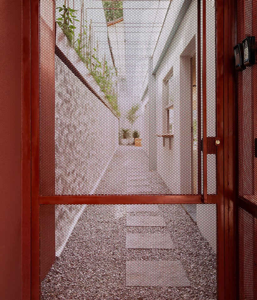 superlimão transforms a 90's house in brazil into a red retreat for yoga